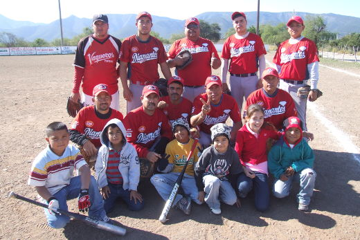 Equipo Diamantes de Vallecillo en el softbol del Club Sertoma