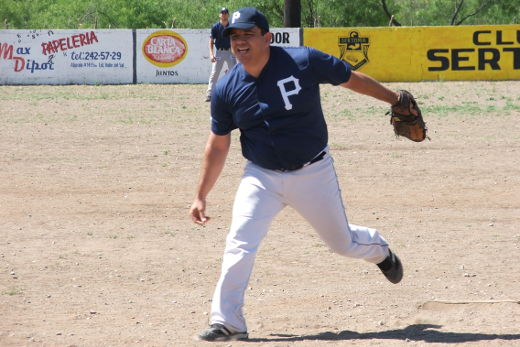 David Montemayor de Ponchados en el softbol del Club Sertoma