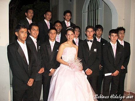 Karely con sus chambelanes